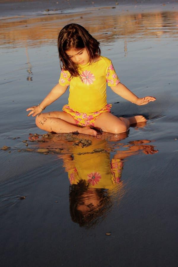 Mädchen, das ihre Reflexion betrachtet stockfoto