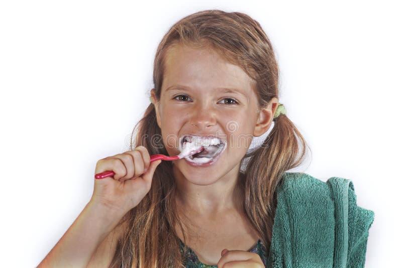 Mädchen, das ihre Zähne putzt stockfotografie