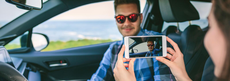 Mädchen, das ihrem Freund Foto mit Mobile macht lizenzfreie stockfotos