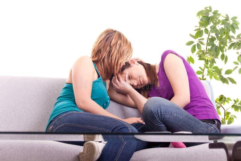 Mädchen, das ihren Freund tröstet stockfotos