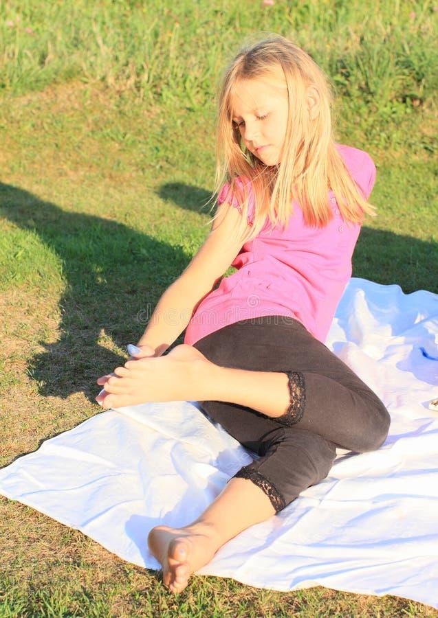 Mädchen, das ihren Fuß malt lizenzfreies stockbild