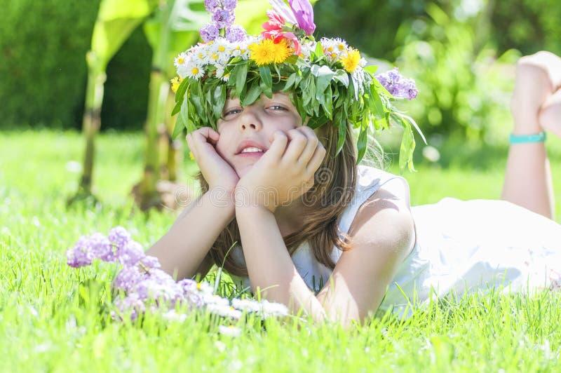 Mädchen, das im Gras liegt lizenzfreie stockbilder