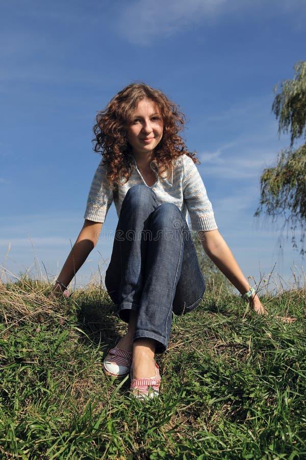 Mädchen, das im Gras sich entspannt stockbilder