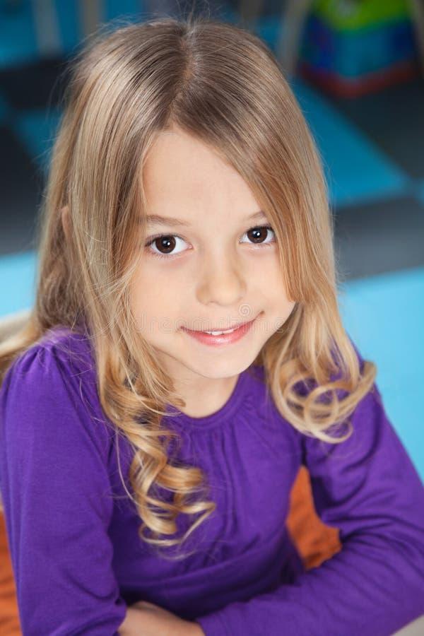 Mädchen, das im Kindergarten lächelt lizenzfreies stockfoto
