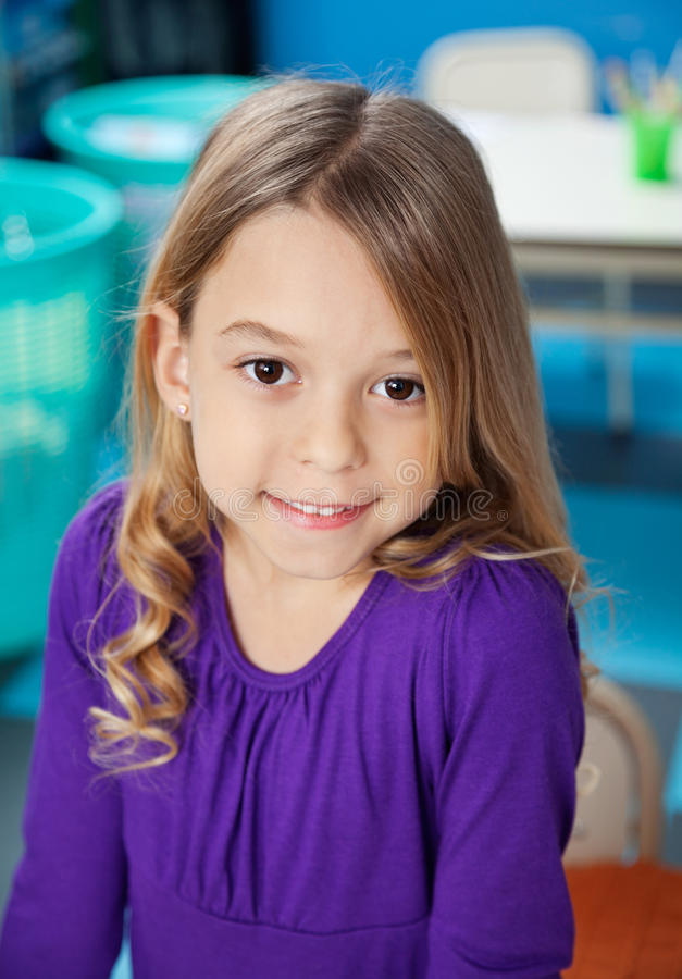 Mädchen, das im Klassenzimmer lächelt lizenzfreie stockfotos