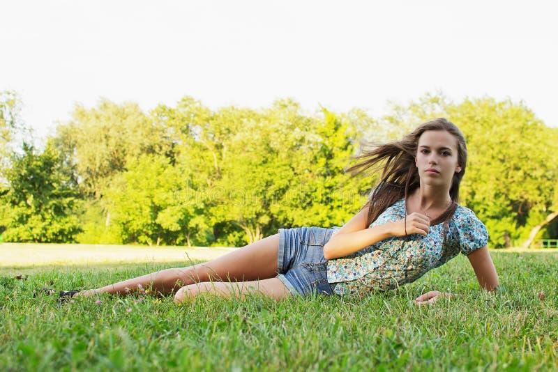 Mädchen, das im Park sich entspannt stockfotografie