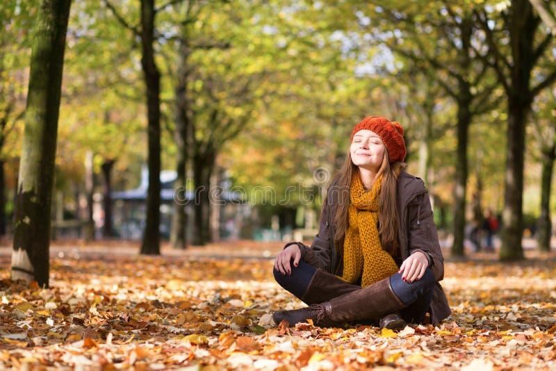 Mädchen, das im Park sich entspannt und meditiert stockfotos
