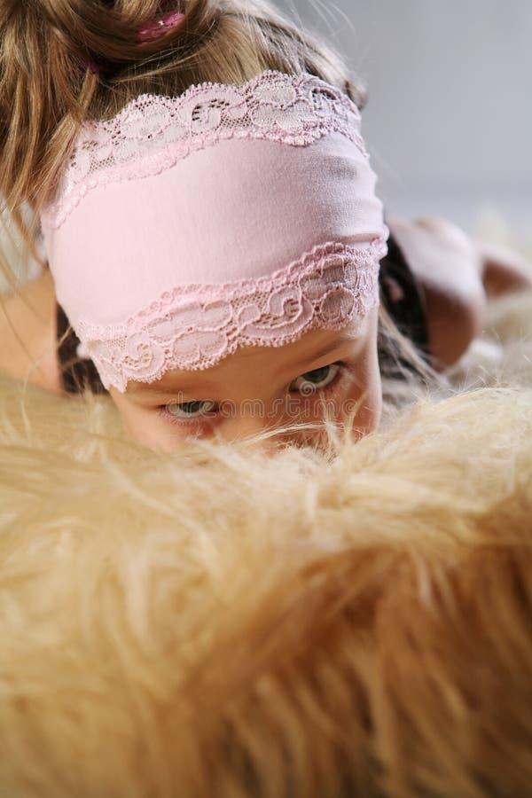 Mädchen, das im Pelz sich versteckt stockbilder