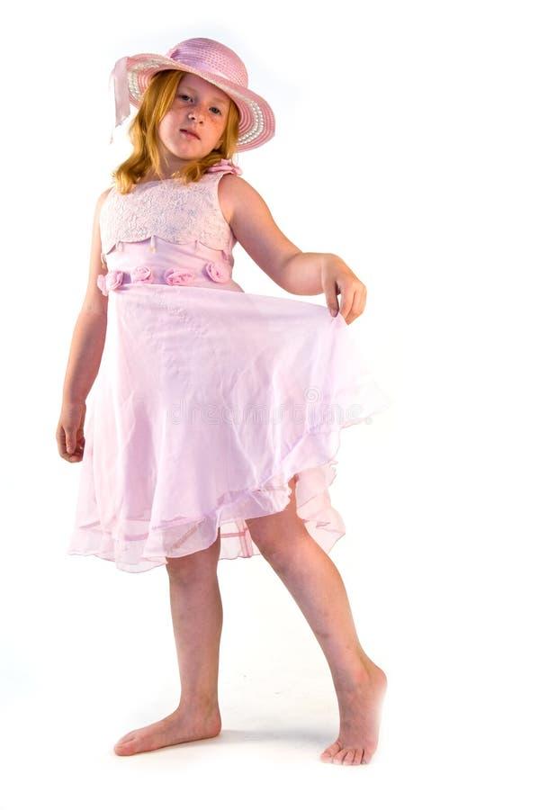 Mädchen, das im rosafarbenen Kleid steht lizenzfreie stockbilder