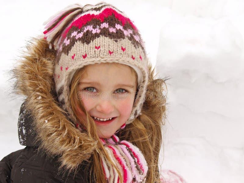 Mädchen, das im Schnee spielt stockfotos