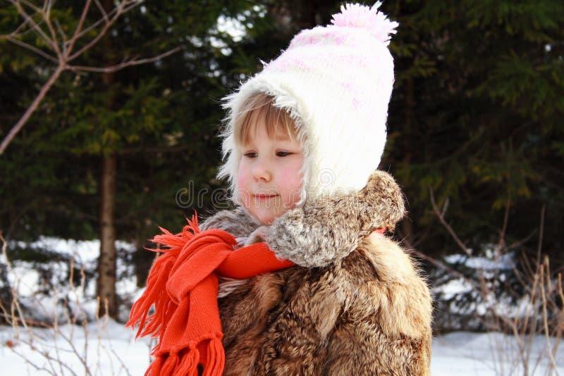 Mädchen, das im Winter lächelt stockfoto