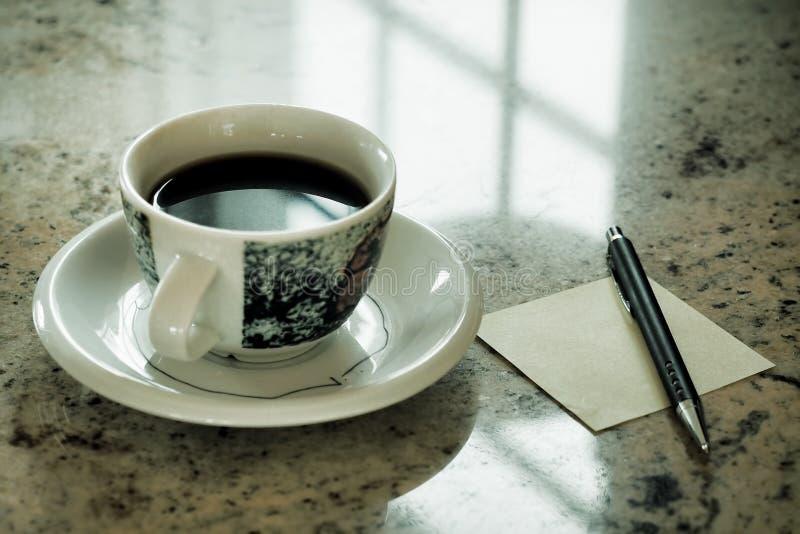 Mädchen, das intelligentes Telefon im Café verwendet Hand, die intelligenten Telefonweißschirm hält intelligenter Telefonweinlese lizenzfreie stockbilder