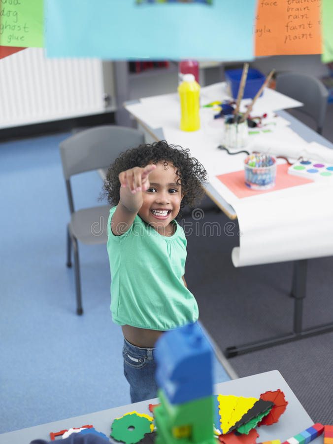 Mädchen, das in Klassenzimmer zeigt stockbild