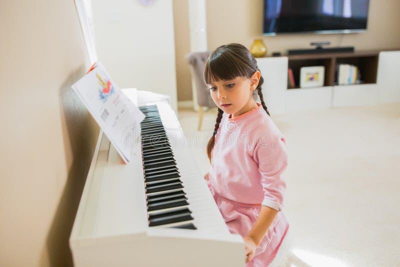 Mädchen, das Klavier spielt stockfotografie