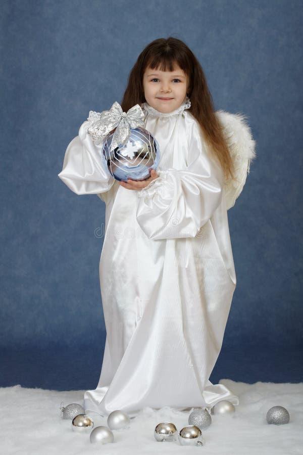 Mädchen, das Kugel des neuen Jahres anhält stockbild