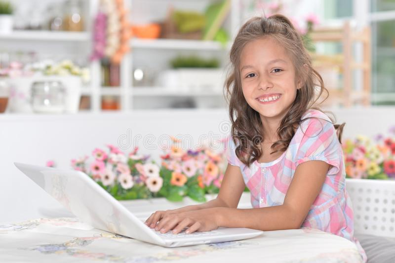 Mädchen, das Laptop verwendet lizenzfreie stockfotos