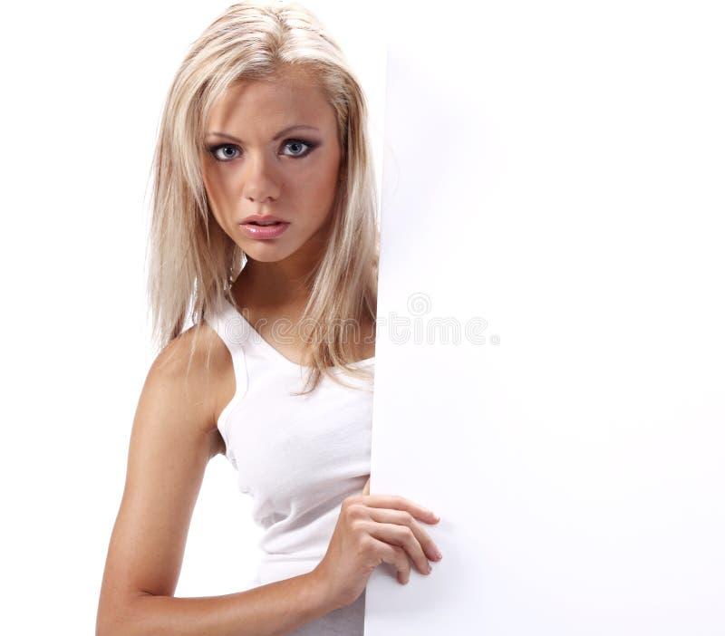 Mädchen, das leeren weißen Vorstand zeigt lizenzfreie stockfotos