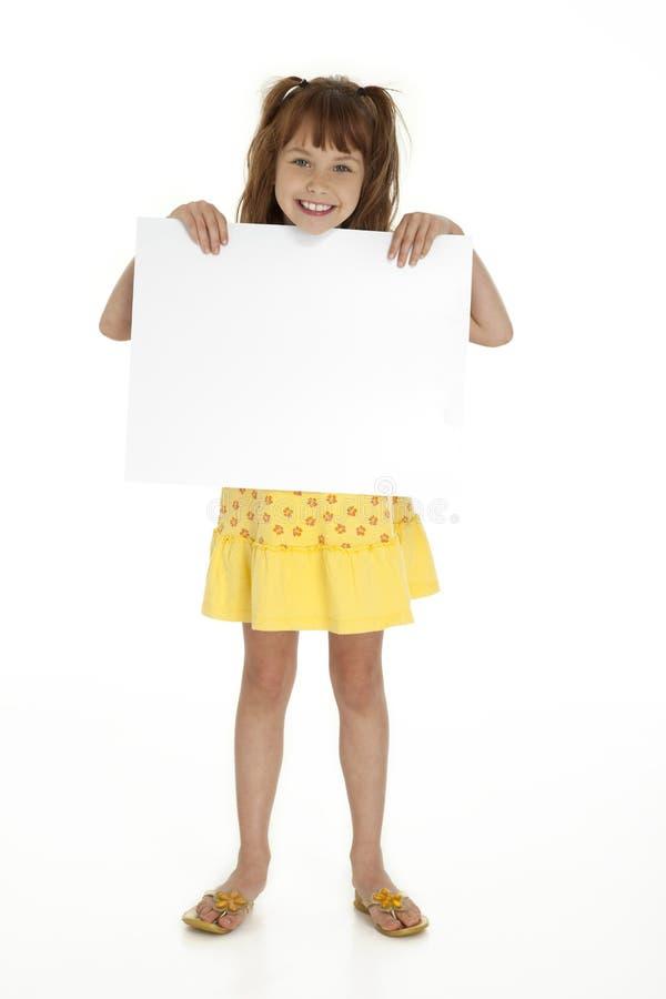 Mädchen, das leeres Zeichen hält lizenzfreie stockbilder
