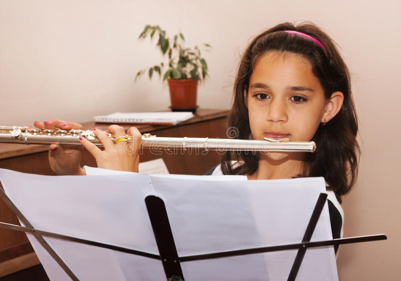 Mädchen, das lernt, die Flöte zu spielen stockfoto