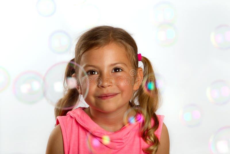 Mädchen, das Luftblasen betrachtet stockfotos