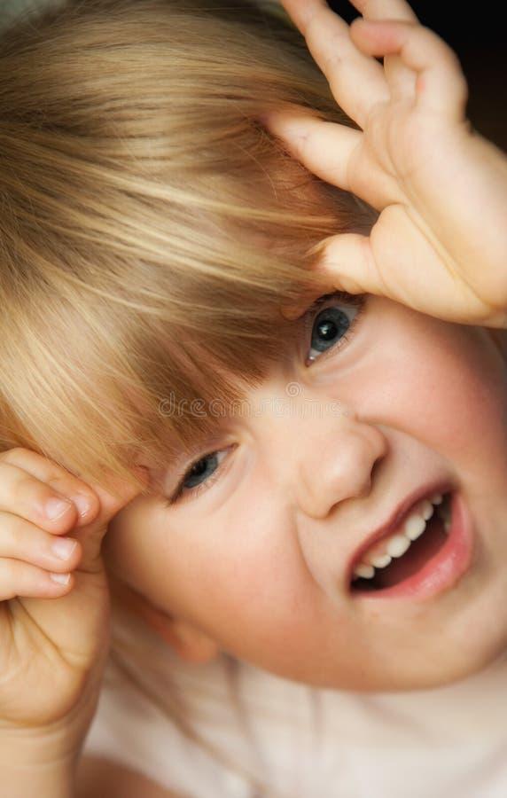 Mädchen, das lustiges Gesicht zieht stockfotografie