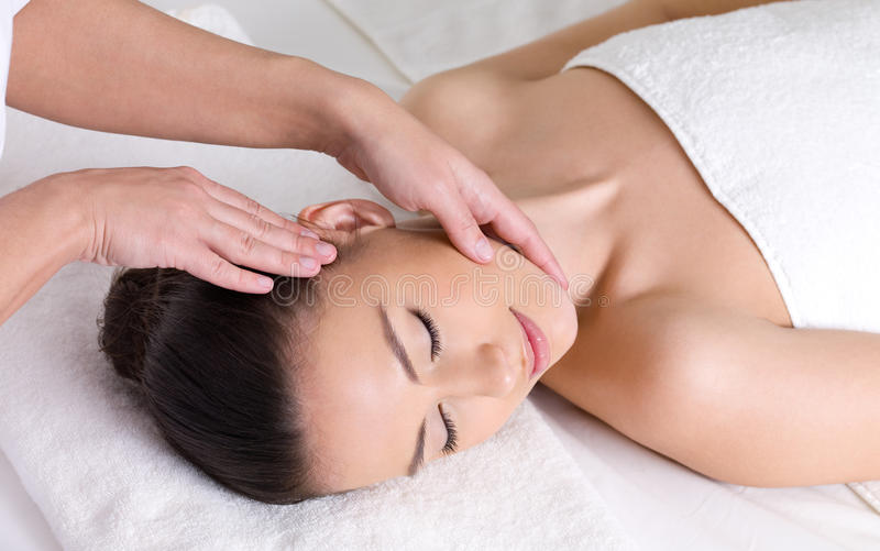 Mädchen, das Massage für ihren Kopf hat stockfotos