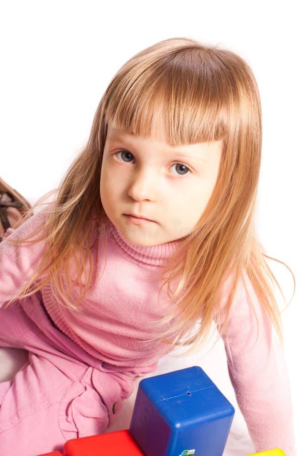 Mädchen, das mit bunten Blöcken spielt lizenzfreies stockfoto