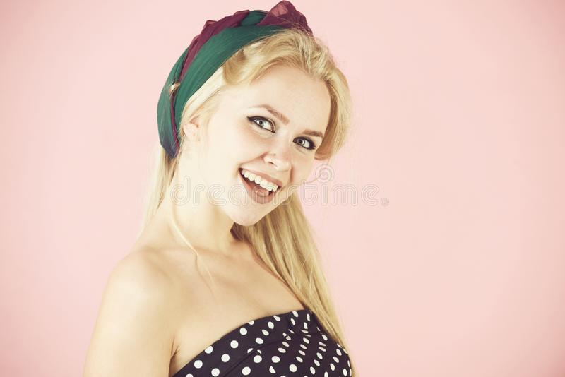 Mädchen, das an mit dem Hairband lang, blondes Haar lächelt stockfoto
