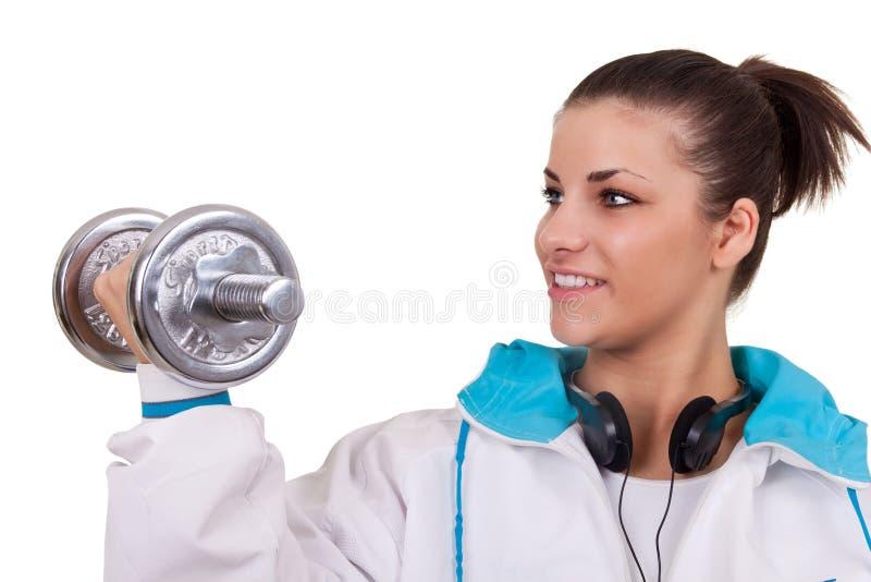 Mädchen, das mit Gewichten trainiert lizenzfreie stockfotografie
