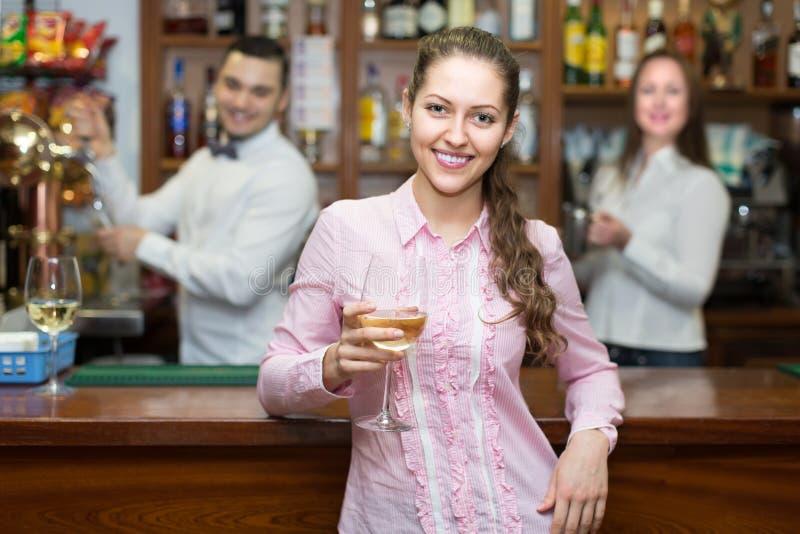 Mädchen, das mit Kellner am Zähler flirtet lizenzfreies stockfoto