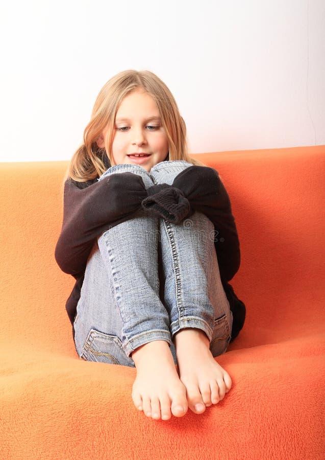 Mädchen, das mit Pullover spielt lizenzfreie stockfotos