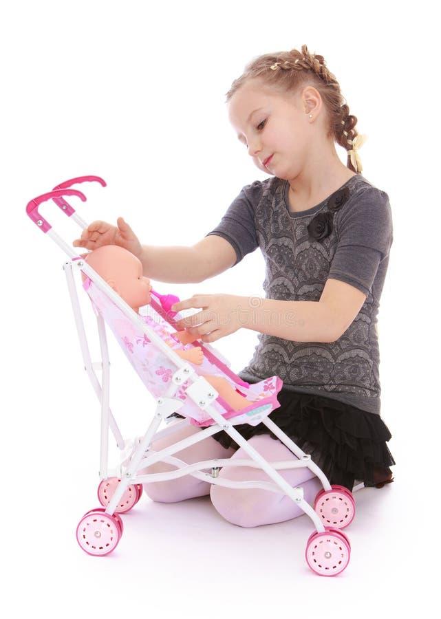 Mädchen, das mit Puppen spielt lizenzfreies stockbild