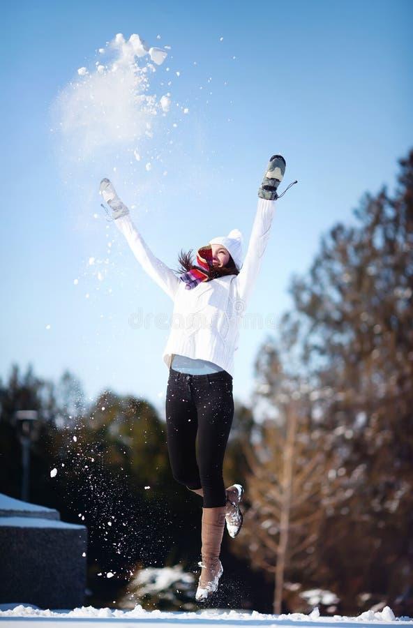Mädchen, das mit Schnee spielt lizenzfreie stockbilder