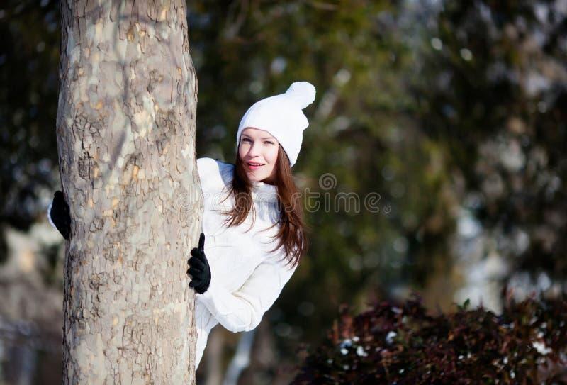 Mädchen, das mit Schnee spielt stockfotografie