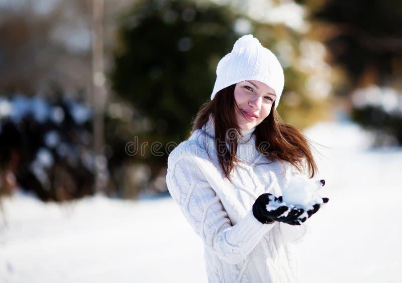 Mädchen, das mit Schnee spielt lizenzfreie stockfotos