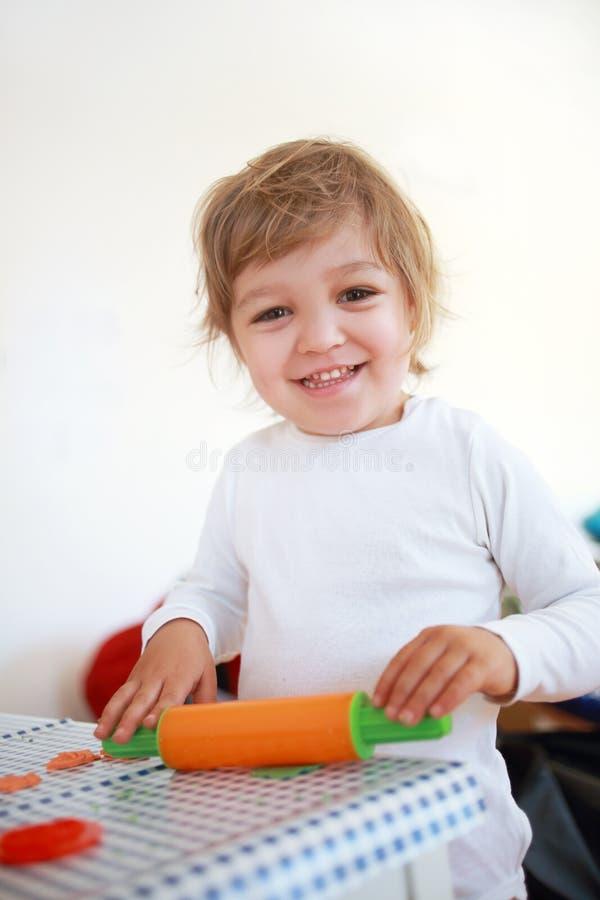 Mädchen, das mit Teig spielt stockfoto