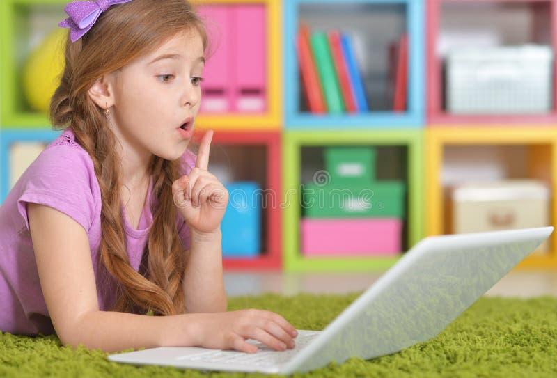 Mädchen, das modernen Laptop verwendet lizenzfreies stockbild