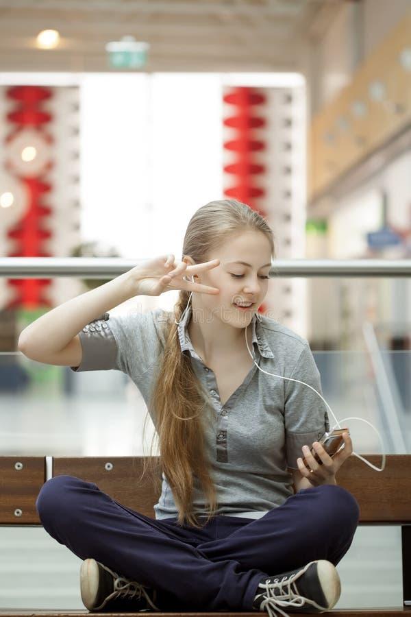 Mädchen, das Musik auf Kopfhörern im Raum tanzt und hört lizenzfreie stockfotos