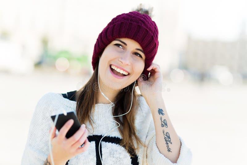 Mädchen, das Musik auf Smartphone hört lizenzfreie stockbilder