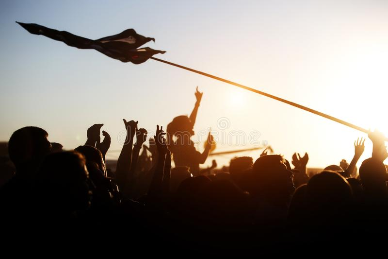 Mädchen, das Musik an der im Freien, Rockfestival zujubelt lizenzfreie stockfotografie