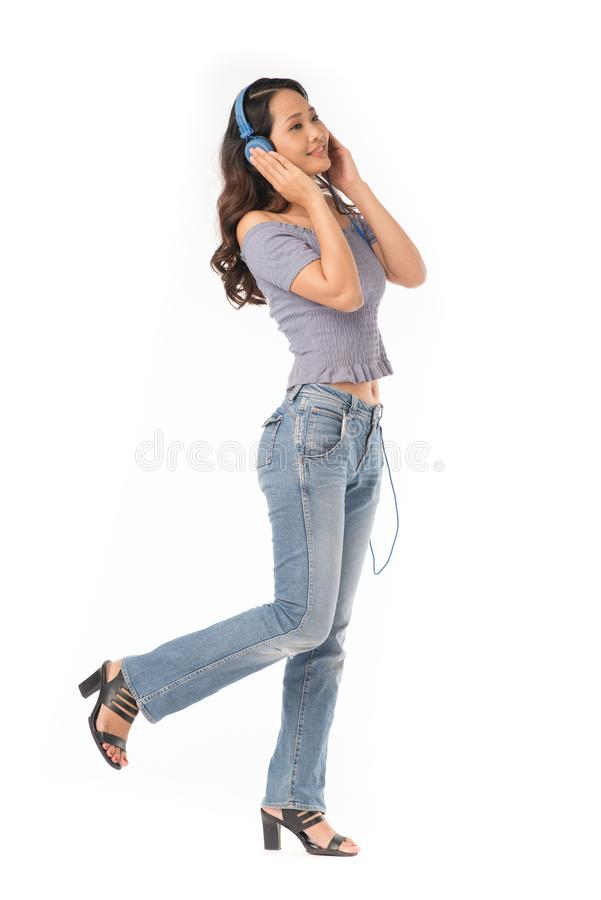 Mädchen, das Musik genießt lizenzfreie stockbilder