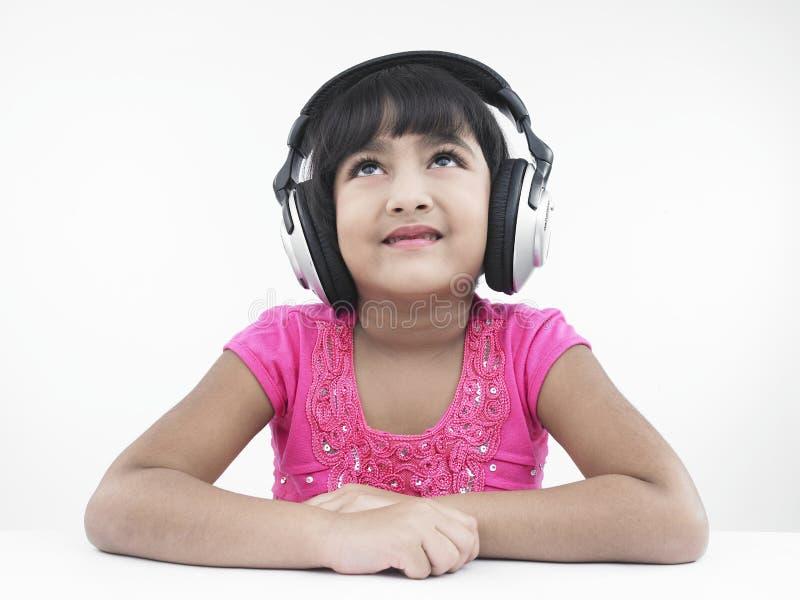 Mädchen, das Musik hört stockfotografie