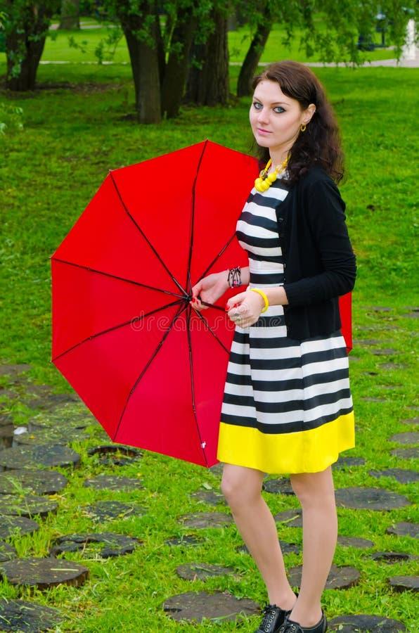Mädchen, das nach dem Regen geht lizenzfreies stockbild