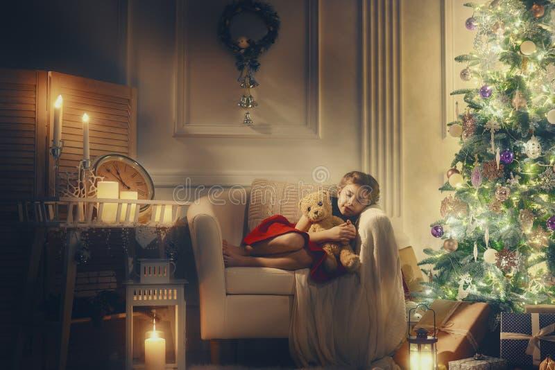 Mädchen, das nahe Weihnachtsbaum schläft lizenzfreie stockbilder