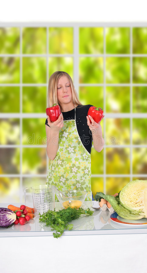 Mädchen, das Nahrung zubereitet stockfoto