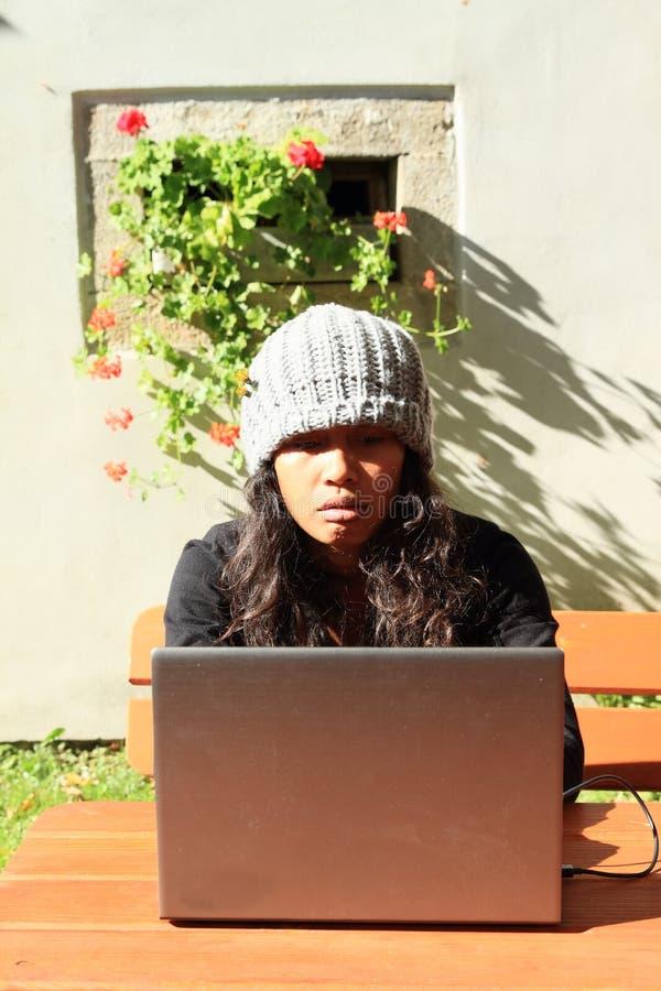 Mädchen, das an Notizbuch arbeitet lizenzfreies stockbild