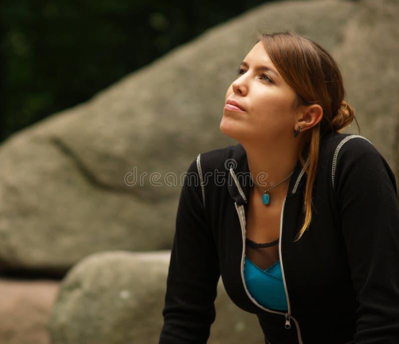 Mädchen, das oben schaut lizenzfreies stockbild
