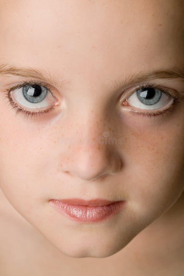 Mädchen, das oben schaut lizenzfreie stockfotografie