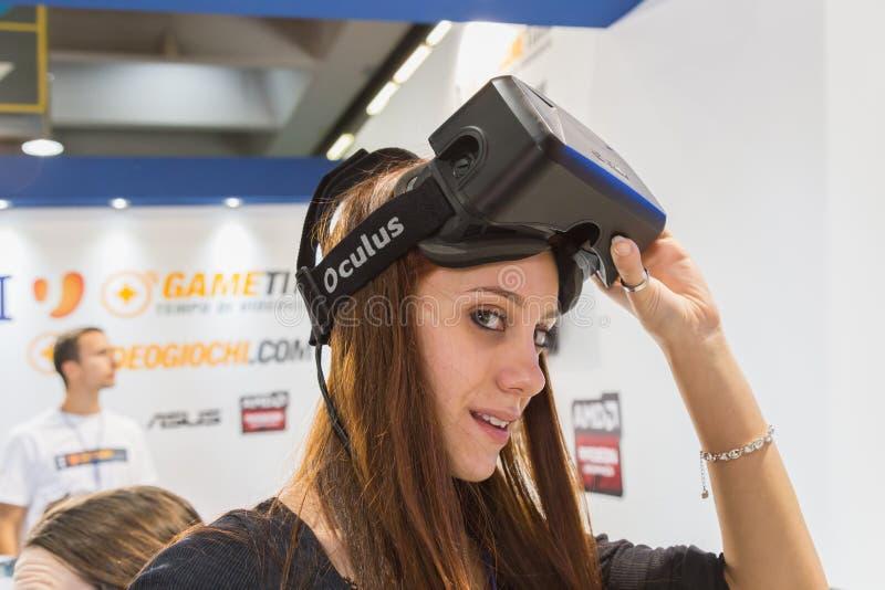 Mädchen, das Oculus-Kopfhörer an Spiel-Woche 2014 in Mailand, Italien versucht stockfotos