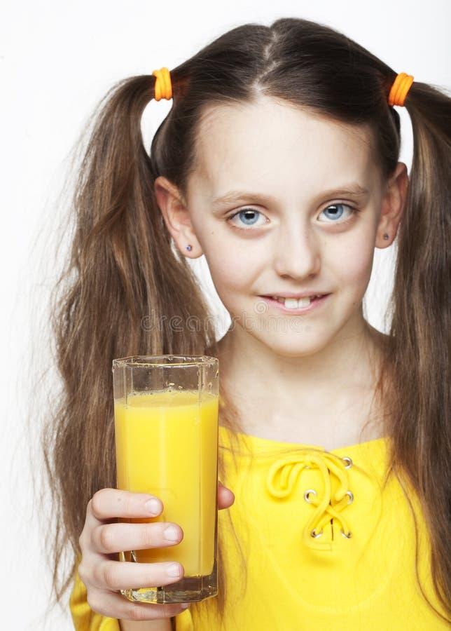 Mädchen, das Orangensaft trinkt lizenzfreies stockbild